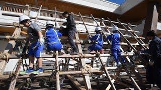 合掌屋根の組み立て、白川村の小学生らが体験 岐阜・白川郷