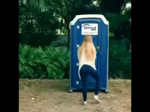 """Cô gái trẻ thể hiện """"Cá Tính Mạnh"""" vì không được đi vệ sinh"""