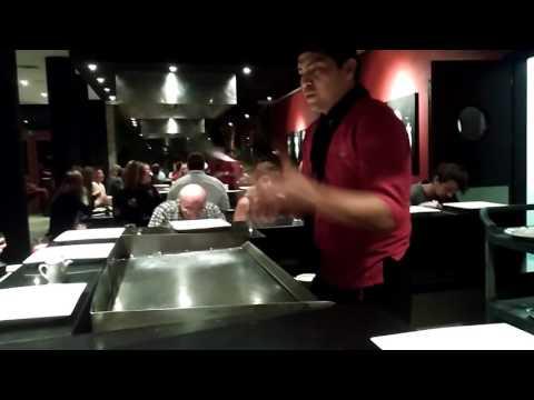Майстор готвач жонглира с шпатули
