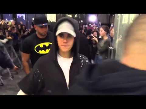 Justin Bieber saliendo de la estación de radio 40 Principales en Madrid (28/10/15)