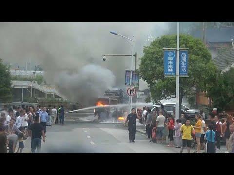 شاهد : سائق يهرب قبل ثوانٍ من اندلاع النار في شاحنة يقودها …  - نشر قبل 3 ساعة