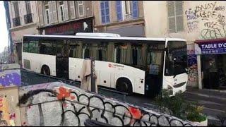 Marseille : à l'arrêt pendant plusieurs minutes rue d'Aubagne, un car réussit à repartir