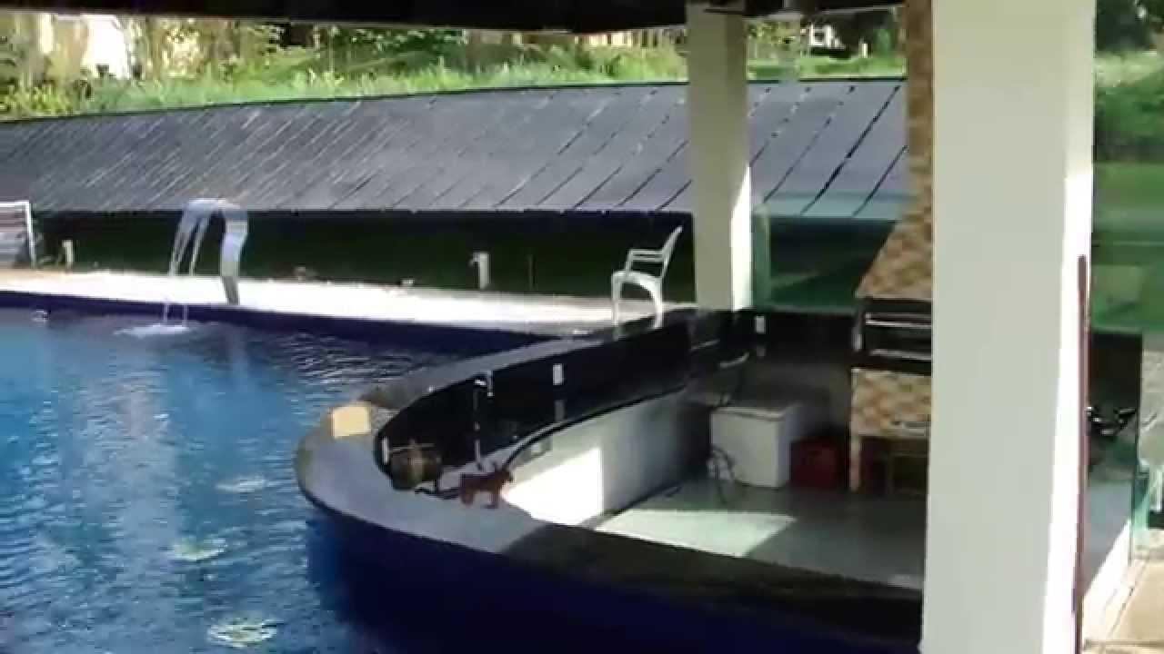 Piscina revestida na pastilha 10x10 com bar molhado e for Modelos de bares para piscinas