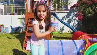 Laurinha brincando de lavar carros de brinquedos