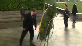 На Януковича упал траурный венок )) Жесть.