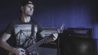 Парень супер играет на гитаре тяжелый металл