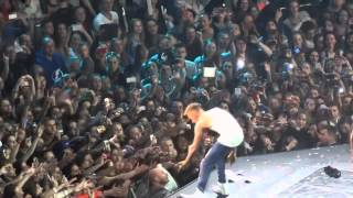funny fail justin bieber drops his microphone 300313