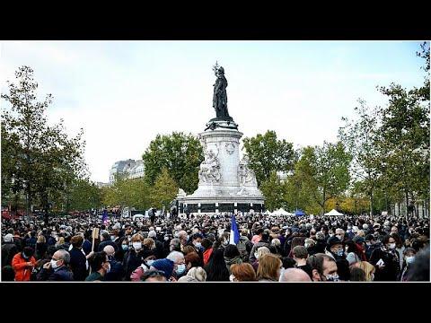 آلاف الفرنسيين يتجمعون في باريس لتكريم مدرس تاريخ ذُبح بعد عرضه رسوما كاريكاتورية للنبي محمد…