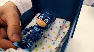 Видео для детей ГЕРОИ В МАСКАХ: #КэтБой простудился! Доктор Ой и Супергерои. Детские Игрушки #pjmask