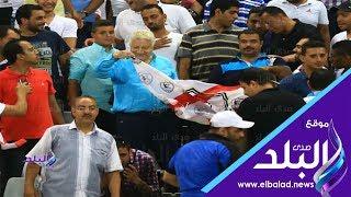 صدي البلد   مشجع يقبل مرتضي منصور فى مباراة الزمالك والقادسية