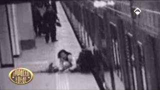 tren arrastra a madre con carrito y niño