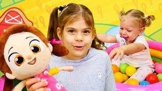#Eğiticivideo Elis ve Melisa Niloya ile oynuyorlar. Toplarla renkleri öğreniyoruz. Türkçe izle!