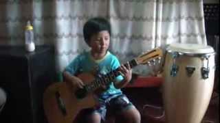 niño de 5 años tocando pajaro campana