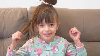 Laurinha brincando de salão de beleza para princesas