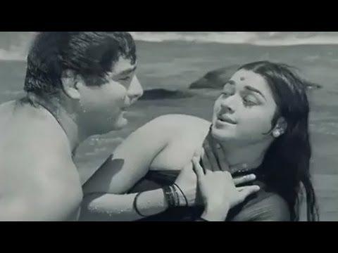 Yeh Kaun Hain Jiske - Asha Bhosle, Mahendra Kapoor, Aurat Song