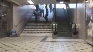Пианино из ступенек в подземке(опять ля бемоль разлили., 2014-03-05T18:44:45.000Z)