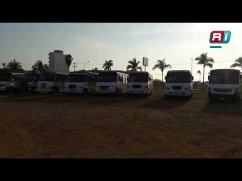 Se manifiestan camioneros por falta de permisos
