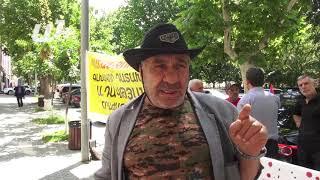 Վահագն Սիմոնյանը (Պոնչո) ցույց է անում դատախազության դիմաց