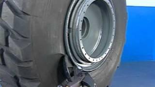 демонтаж покрышки погрузчика(Демонтаж и монтаж покрышки с составным диском (5 элементов), 2011-08-02T12:02:33.000Z)