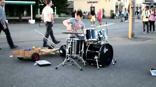 Пацан прикольно играет на барабанах...