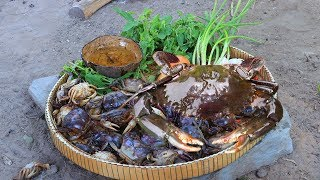 Primitive Technology: How to Find Crabs and Cooking Crabs Using Mud Eating Delicious