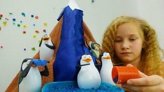 Видео для детей. Игрушки пингвины добывают воду