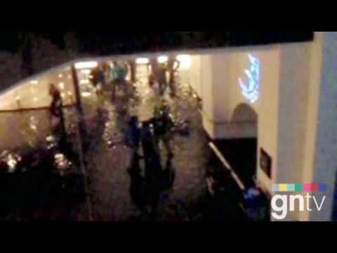 Dubai Mall's Aquarium leaks after crack [RAW VIDEO]