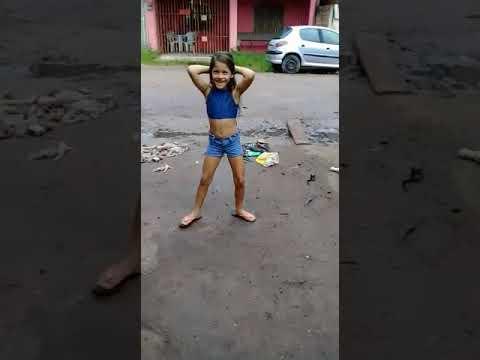 Menininha dansando funk
