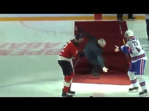 José Mourinho se cae en el saque de honor de un partido de hockey