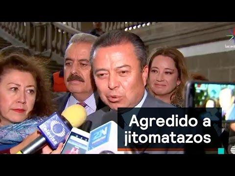 Lanzan jitomatazos a César Camacho - Las...
