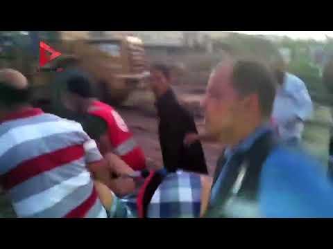 انهيار مواطن بعد علمه بوفاة زوجته وابنته في حادث قطار الإسكندرية