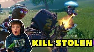 El niño consigue sus muertes robadas en Fortnite por los compañeros de equipo - Leland se dispara!