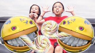 Pac Man in Real Life - Pac Man은 마시멜로를 먹기 위해 Ngoc Chi 의 집을 방문