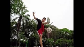 Guy Juggles Soccer Ball like an Expert!