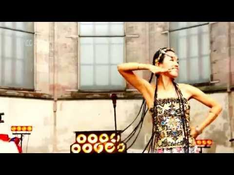 Famous Asian Woman sings Traditional Chinese Song
