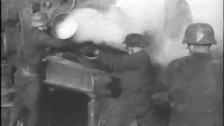 Немецкие артиллеристы ведут огонь по Ленинграду....