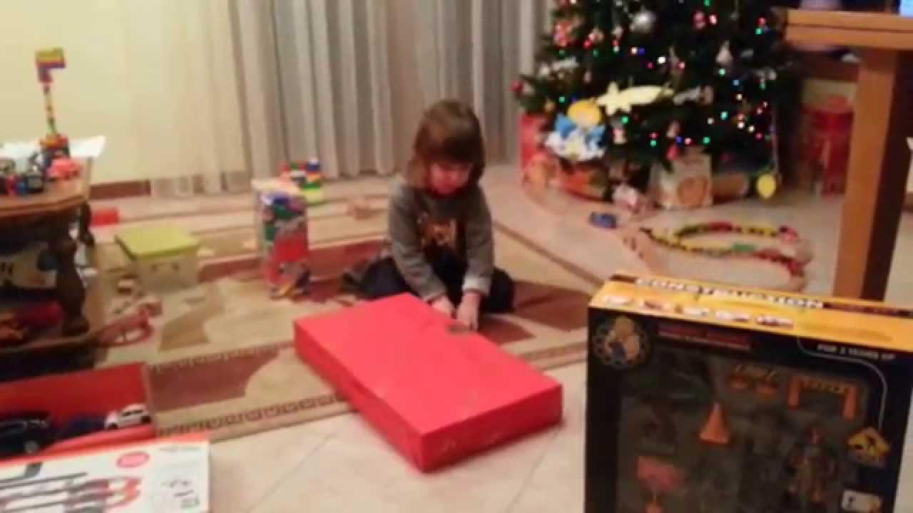 Bambini Che Scartano I Regali Di Natale.Si Aprono I Regali Di Natale