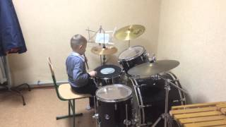 Дима играет на барабанах