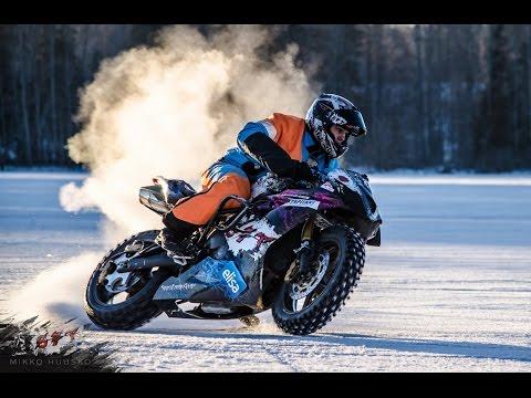 【ビデオ】ポルシェ、バイク、スノーモービルが白銀の世界で繰り広げる雪上ドリフト!