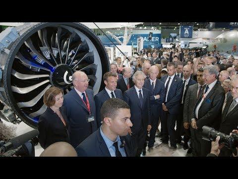 Emmanuel Macron visite le stand Safran