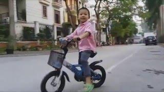 4 tuổi đi xe đạp bị gái trêu