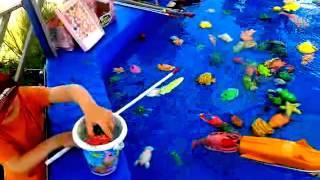 Ребенок ловит рыбки Рыбалка для детей