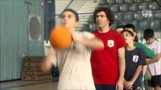 אלישע יודע לשחק כדורסל?