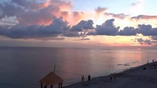 Традиция провожать солнце на закате. Пляж