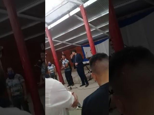 El intendente Barrios cantando
