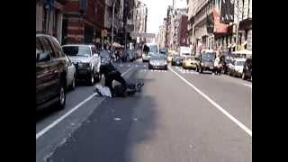 NYPD Foot Chase: A New York police officer chasing a street vendor شرطة