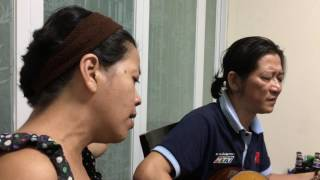 Nghệ sĩ Thế Phương và bạn hát bài này giữa Sài Gòn