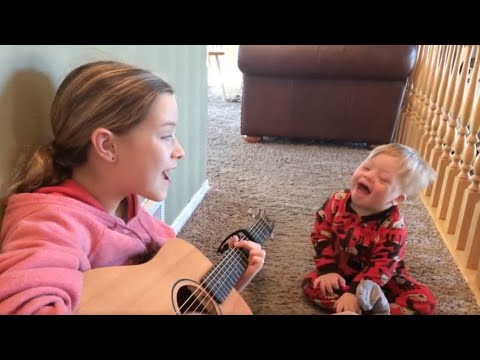 Bimbo affetto da sindrome di Down impara nuove parole grazie alla musica: le emozionanti immagini