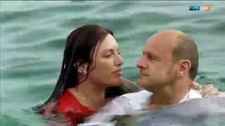 Repeat youtube video Christine Neubauer und Oliver Stokowski springen voll bekleidet ins Wasser.