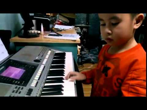 Bé 5 tuổi chơi đàn organ bài